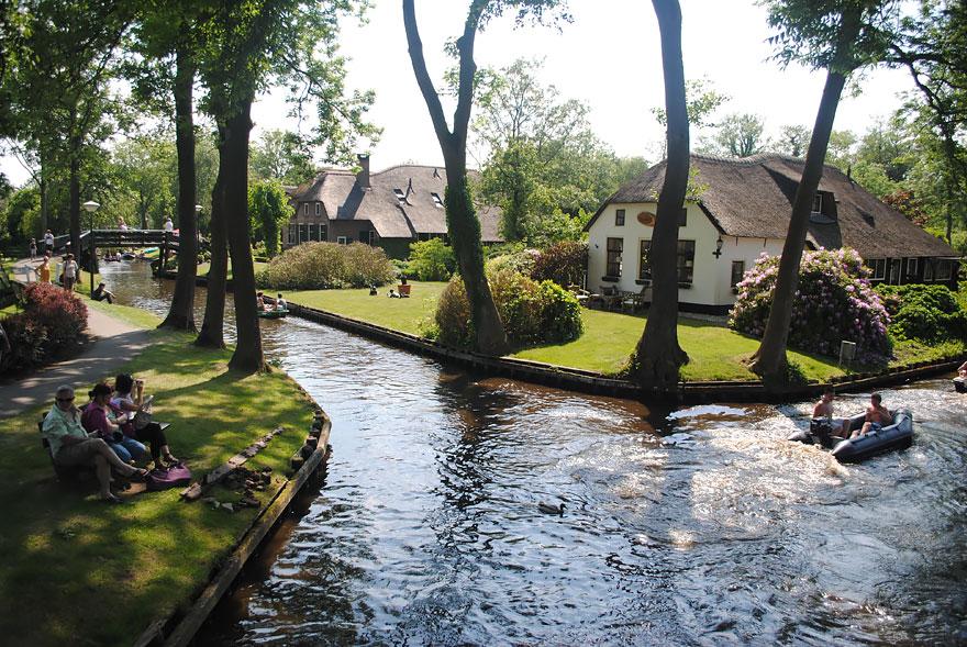 9. Острова деревни связаны между собой более чем 176-ю мостами.