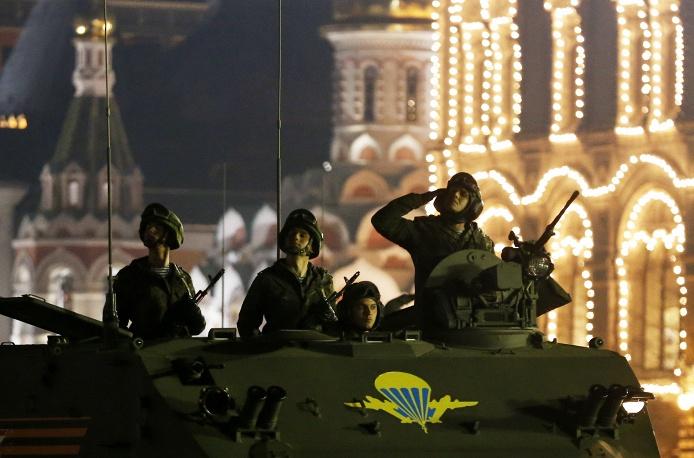 12. Кроме военных в ночной репетиции участвовала бронетехника.