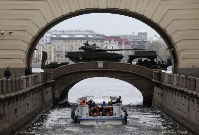 18. Российские танки Т-72 прошли рядом с Эрмитажем в Санкт-Петербурге. В Петербурге парад будет проходить на Дворцовой площади.