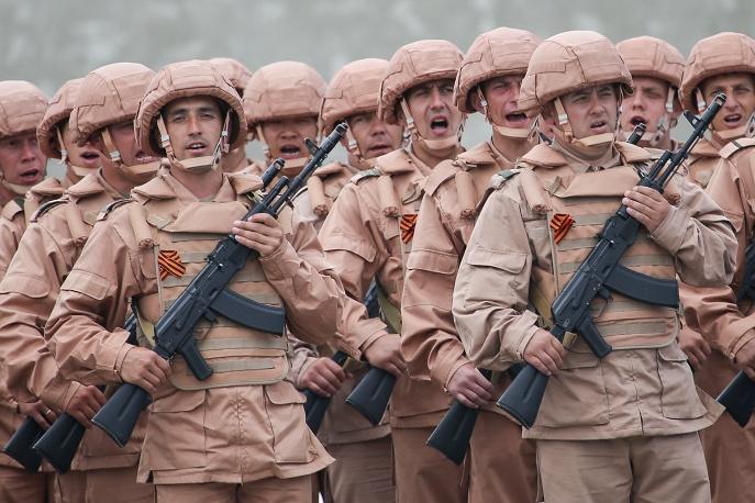 20. В этом году парад пройдет и в Сирии. На фото военные маршируют на сирийской авиабазе.