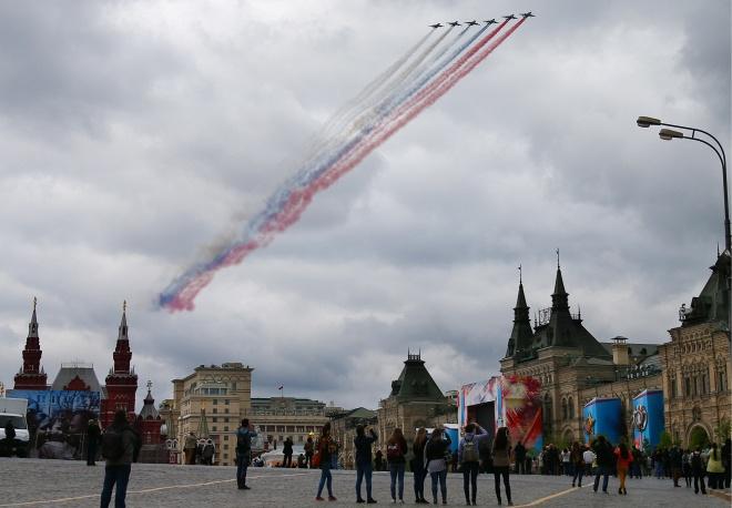 3. Самолеты Су 25 над Красной площадью в Москве.