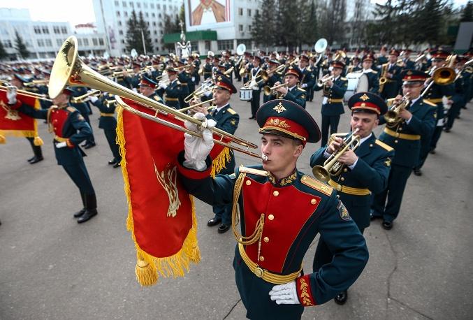 7. Военный оркестр готовится к параду.