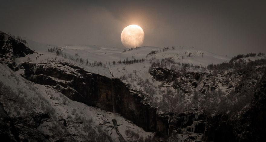 6. Восход луны над норвежскими скалами.
