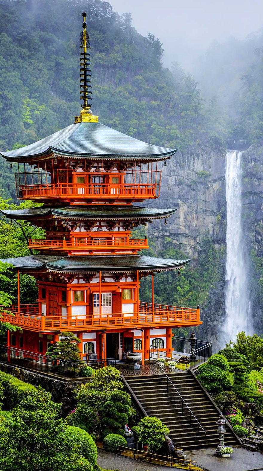 9. Пагода Сейгантодзи и водопад Начи-но-таки.