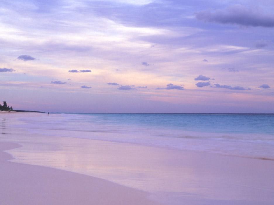 1. Розовые пески, Харбор – Айленд на Багамских островах, вероятно, самый красивый пляж в мире. В лучах заходящего солнца этот пляж становится будто с другой планеты. Розовые пески – идеально место, чтобы просто отдохнуть или понырять с маской и трубкой в защищенной коралловыми рифами бухте.