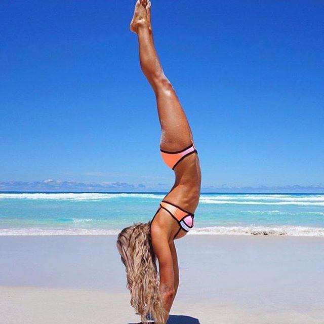 4. Shoal Bay, Ангилья. Пляж с ослепительно белым песком и бюрюзовым морем. Нижняя часть пляжа – пустынна, а верхняя застроена виллами и коттеджами. Наблюдать закат в Shoal Bay – одно удовольствие. Этот пляж обожают все красотки мира, которые едут сюда за отдыхом и загаром. Поэтому быстрее покупайте купальник с пуш ап, как в интернет магазине issaplus.ru и вперед – покорять Shoal Bay.