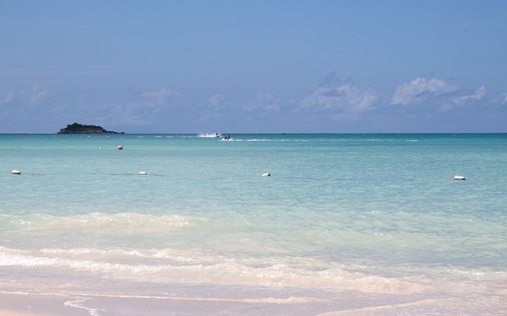 5. Дикенсон Бэй, Антигуа и Барбуда. Антигуа имеет 365 пляжей. Дикенсон Бей лежит на северо-западном побережье и является лучшим пляжем для непринужденного отдыха. Много баров и ресторанов, теплое море, прятный песок.