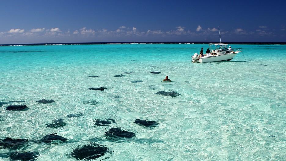 6. Seven Mile Beach, Большой Кайман. Пляж длиной почти 9 км усыпанный белым коралловым песком, считается одним из лучших пляжей в мире.