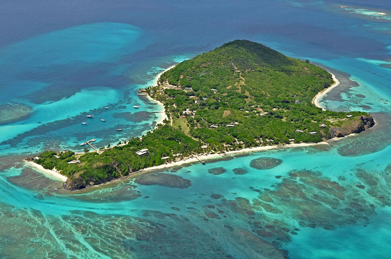 7. Пти-Сент-Винсент, Гренадины. Если ваш бюджет позволяет вам частную жизнь на острове – то это пляж будет отличным местом для отдыха. Белый песок огибает 50 га зеленого леса.