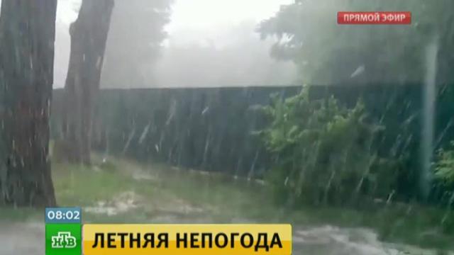 9. В Ростове град и ливень были такой силы, что дорожные службы вынуждены были работать круглые сутки.