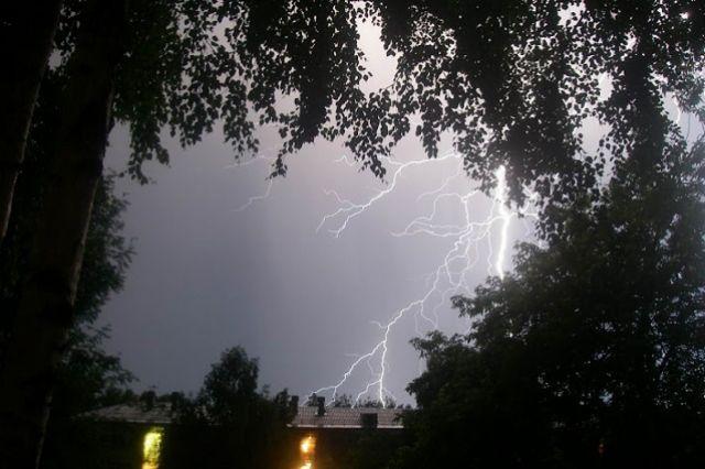 13. Сопровождается стихия чаще всего молнией и громом.