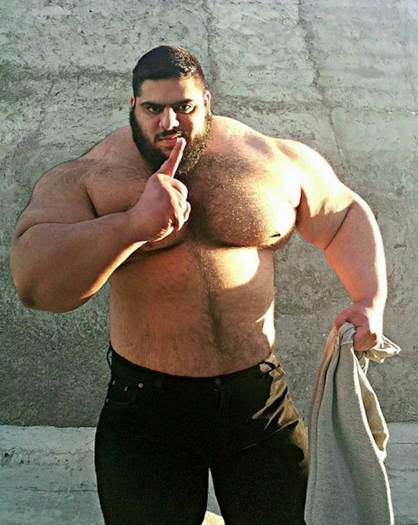 5. Парня также называют иранским Геркулесом, хотя по своему мощному телосложению он все же больше схож с Халком.