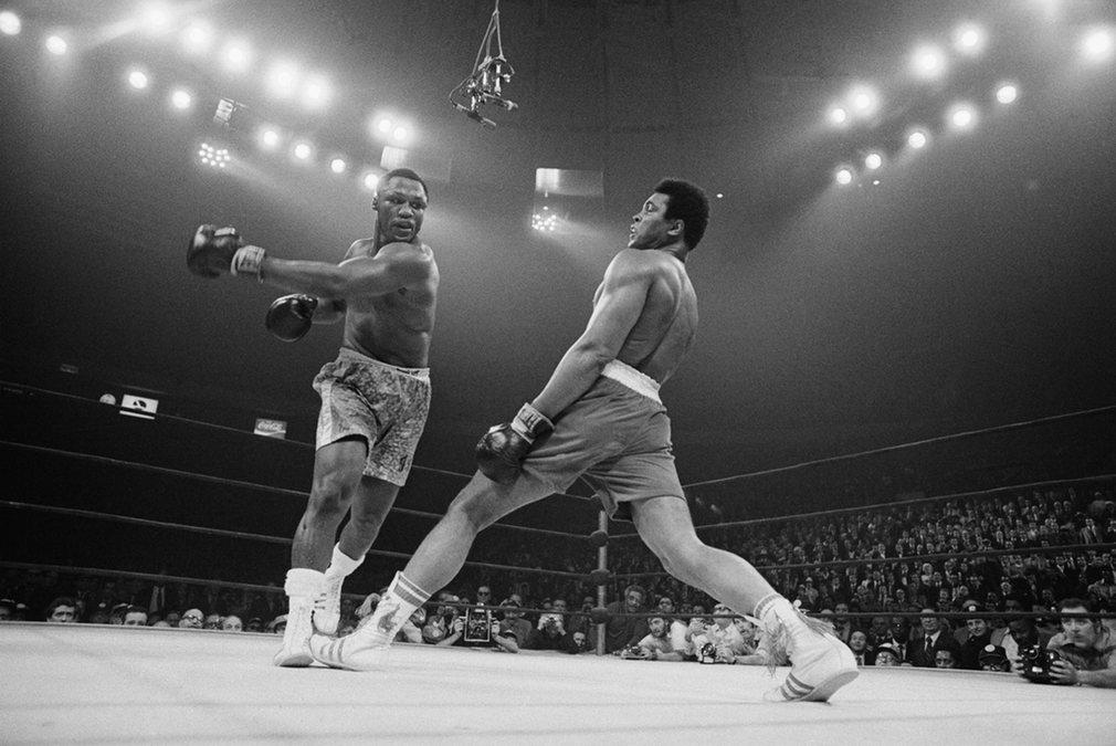 1. На фото бой Мохаммеда Али и Джо Фрейзера. На ринге Али обладал необычайной скоростью для тяжеловеса. Как ни парадоксально, но тот бой Али проиграл. Бой получил название «Триллер в Маниле» и это было первое поражения Мохаммеда Али.
