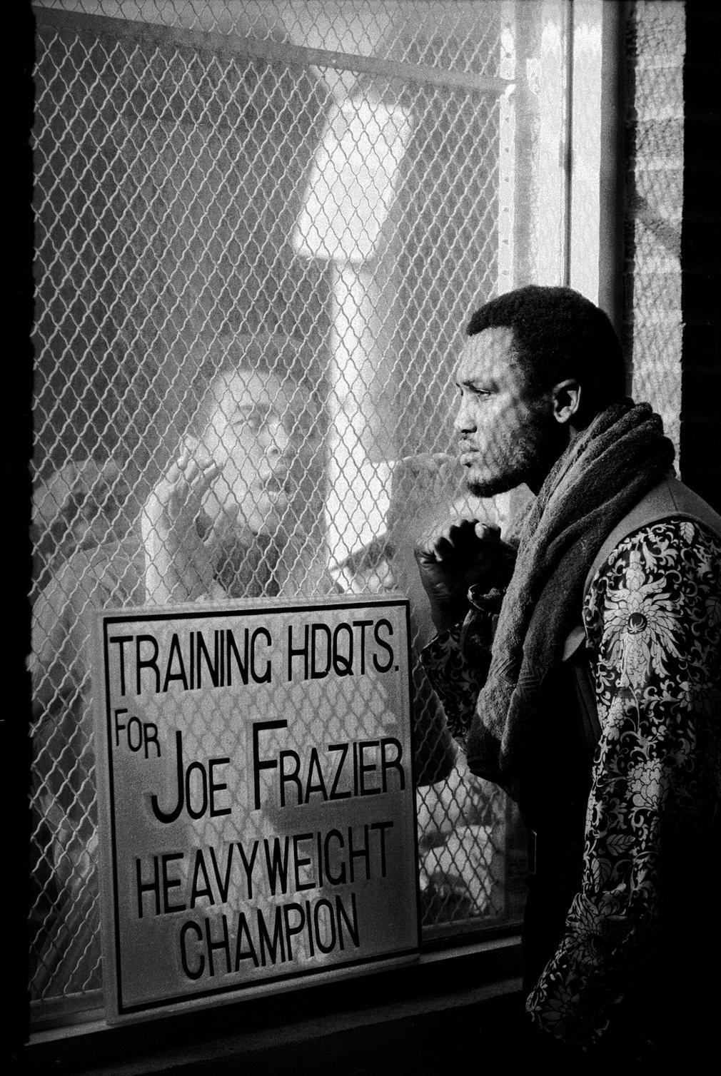 2. Али часто провоцировал и выводил своих соперников на эмоции. На фото Али пытается спровоцировать Джо Фрейзера.