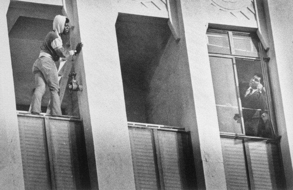 5. А вы знали, что Али спас самоубийцу? Парень хотел свести счеты с жизнью, но на его счастье в соседнем окне оказался Мохаммед Али, который с помощью уговоров заставил самоубийцу передумать.