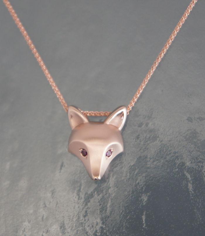 15. Бронза и серебро – не единственный металл, с которым работает ювелир. Великолепный кулон с головой лиса из розового золота.