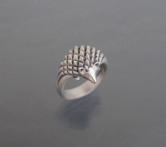 3. Ежик из серебра. Автор не инкрустировала колечко камнями и ограничилась фактурой колючек.