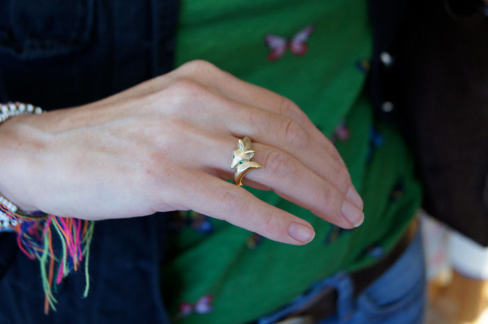 4. Лисенок с изумрудными глазами будет очень изящно и нежно смотреться на пальце.