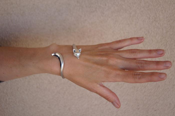 6. Но не только кольца создает Майкл Татом. Вот – серебряный браслет-лисица с камешками в глазах.