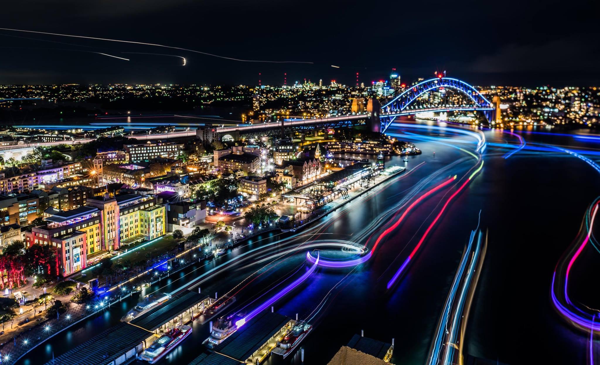 13. Весь морской транспорт принимал участие в этом удивительном световом шоу. Вот так прошел фестиваль света Vivid Sydney в 2016 году. Трудно представить, что приготовят жителям Сиднея в 2017 году. Скорее всего это будет настоящее волшебство.
