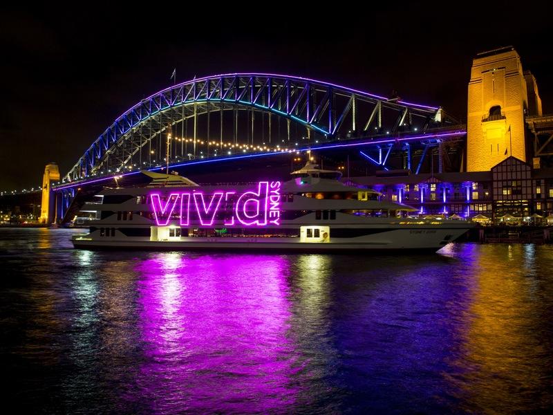 7. Морской транспорт курсировал с неоновыми надписями Vivid Sydney, привлекая внимание к световому шоу. Хотя не заметить его и так было невозможно.