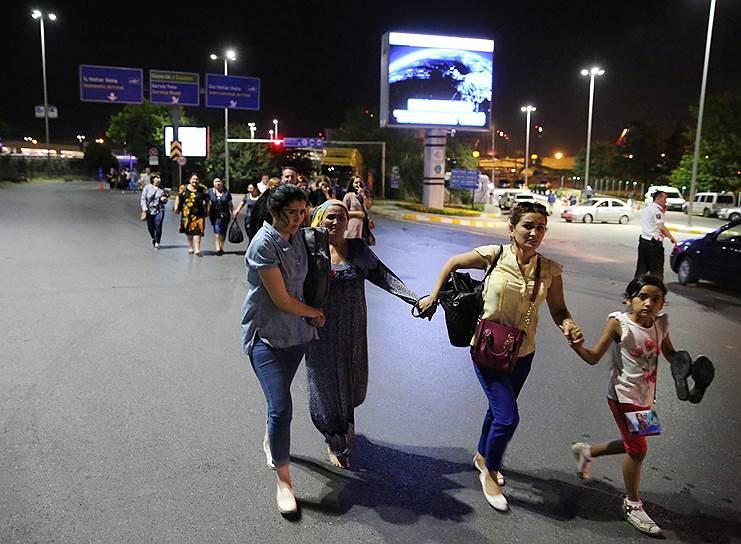 10. После атаки террористов к аэропорту были направлены 23 машины скорой помощи.