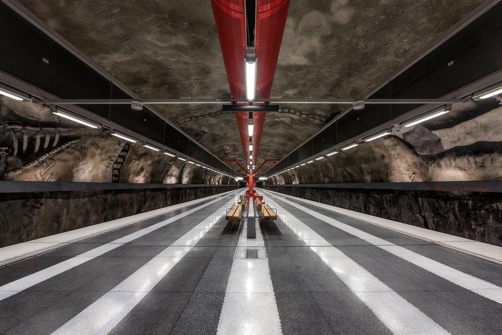 11. Полосатая платформа станции Duvbo.