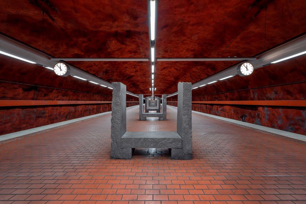5. Станция Skarpnack. Гранитные сиденья напоминают Стоунхендж.