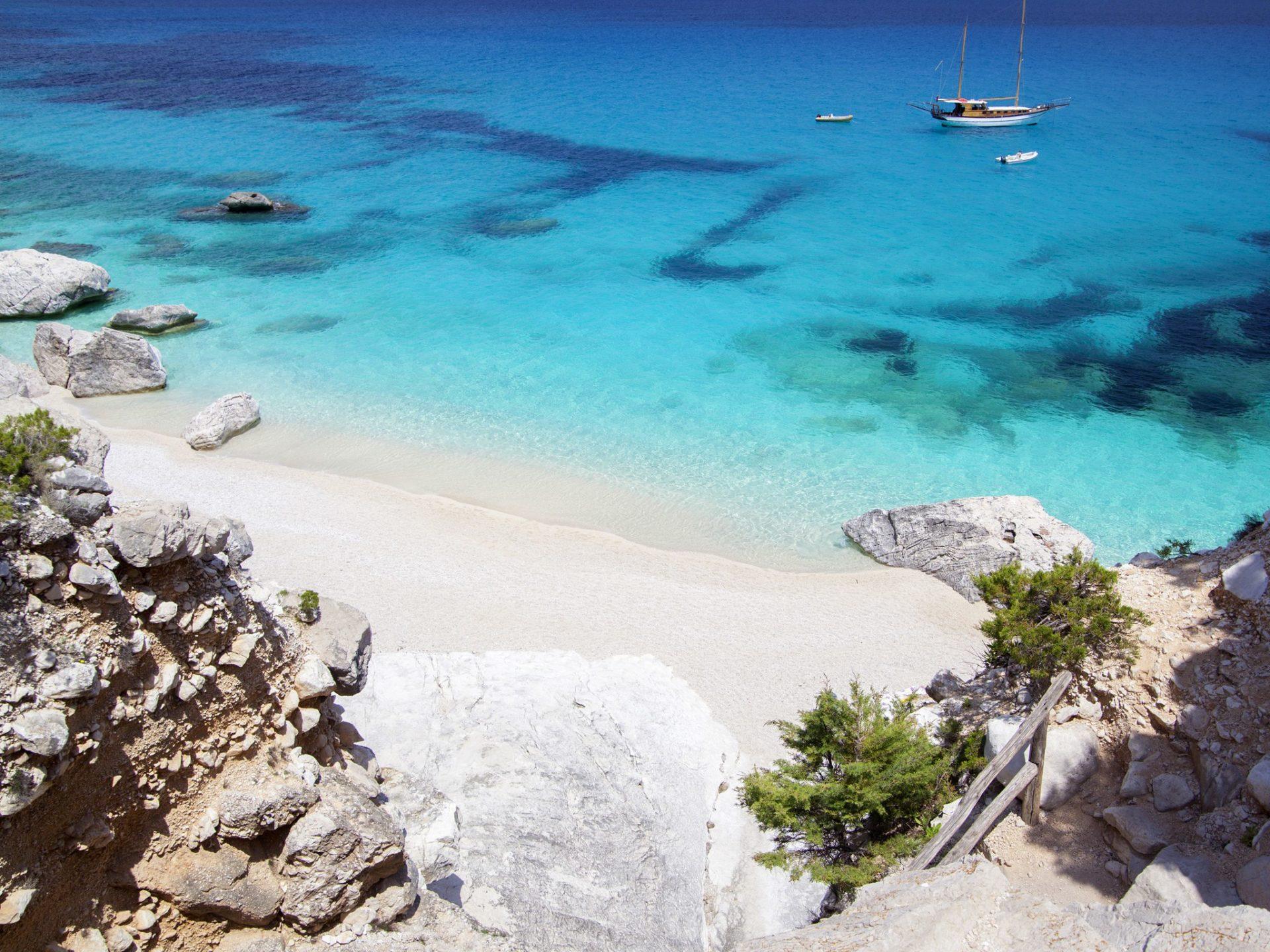 1. Пляж Кала Голоритце, Сардиния, Италия.
