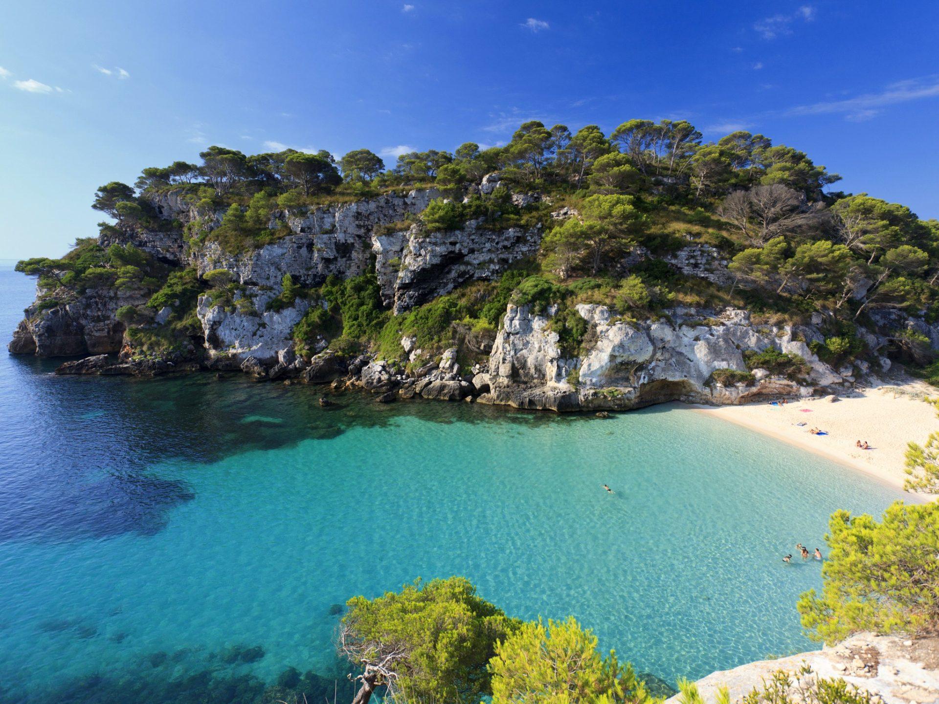 2. Пляж Кала Макарелья, остров Менорка, Испания.