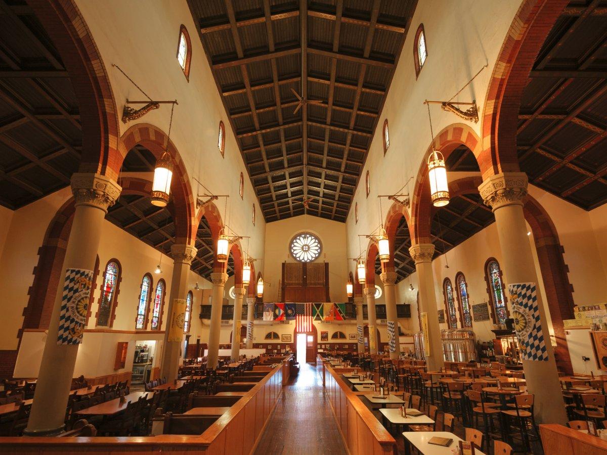 1. The Church Brew Works – ресторан-пивоварня и бывшая римско-католическая церковь построенная в 1902 году и ставшая пивоварней в 1993.