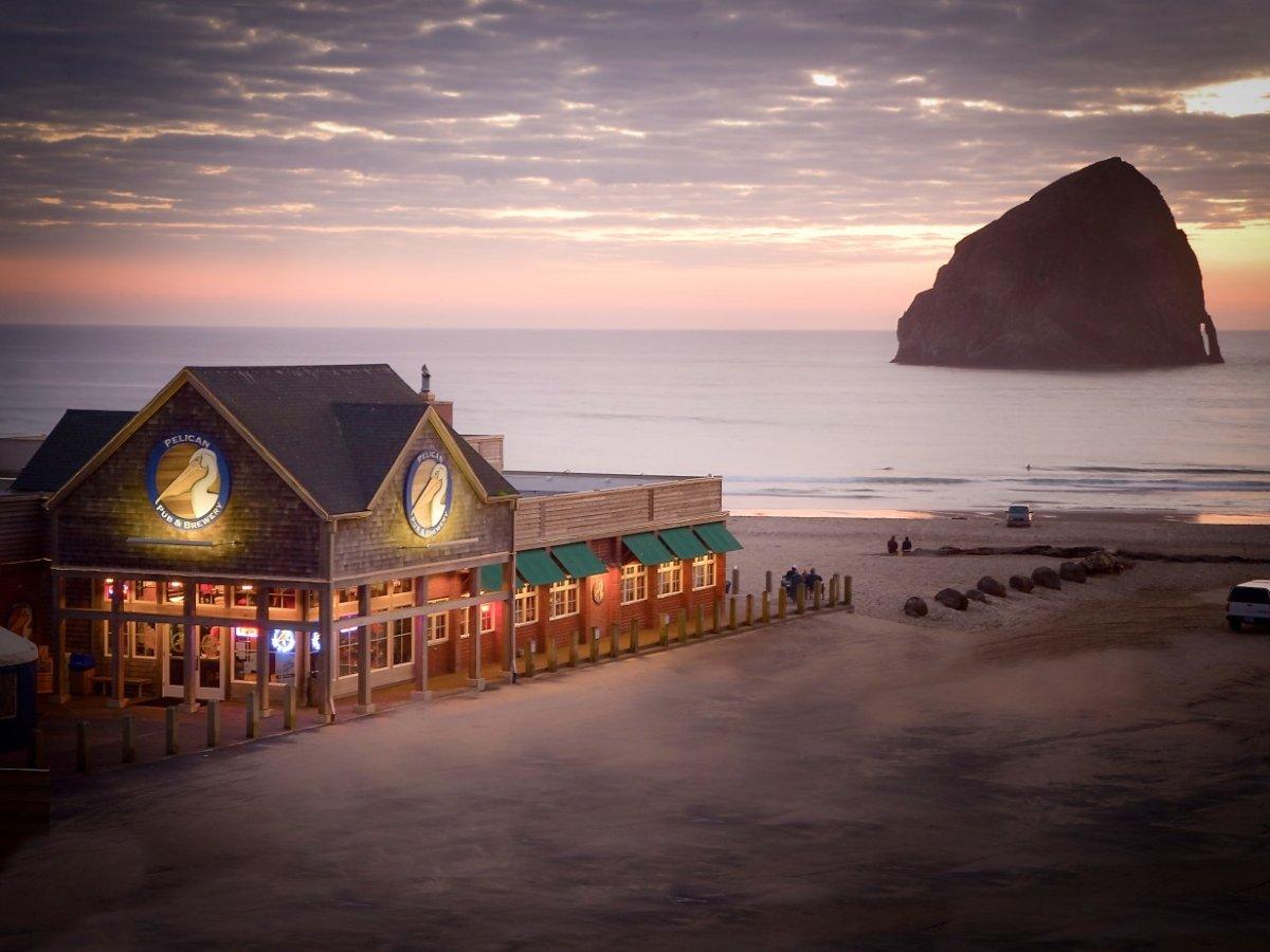3. The Pelican Pub and Brewery в штате Орегон – это паб и пивоварня на берегу океана. Можно наслаждаться пенным напитком с видом на море.