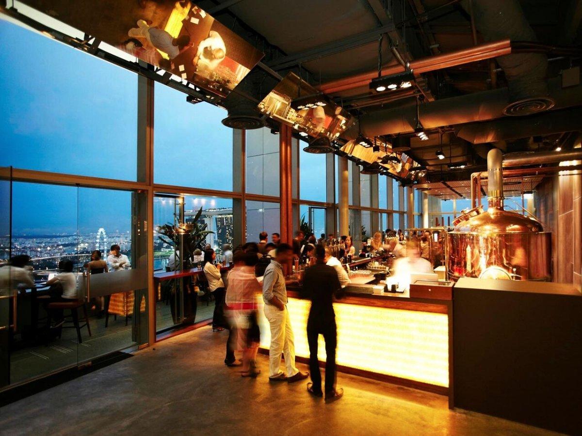 6. LeVeL33 названа так потому, что является самой высокой пивоварней в черте города. Это супер-современная шикарная пивоварня-ресторан находится в финансовом центре в Сингапуре.