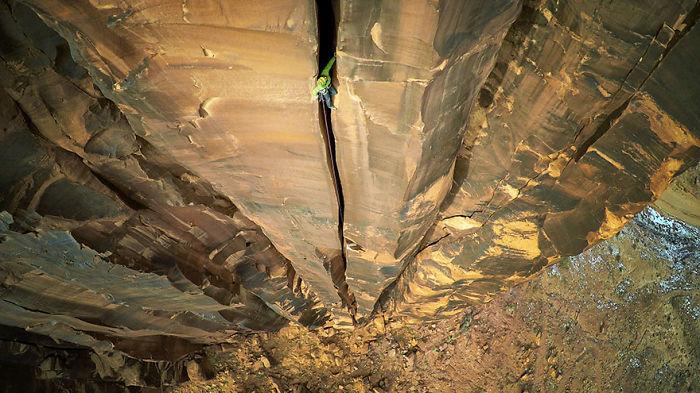 7. В категории Спорт и приключения первое место занял снимок скалолаза в горах Моав.