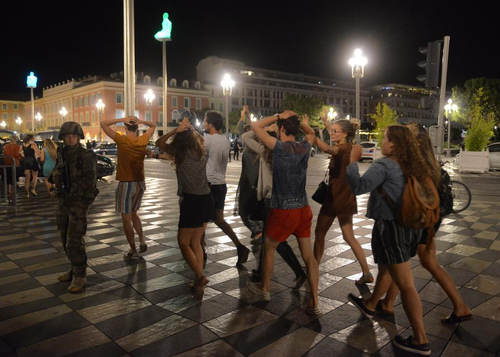 6. Из соображений безопасности жители города пересекают улицу с поднятыми руками.