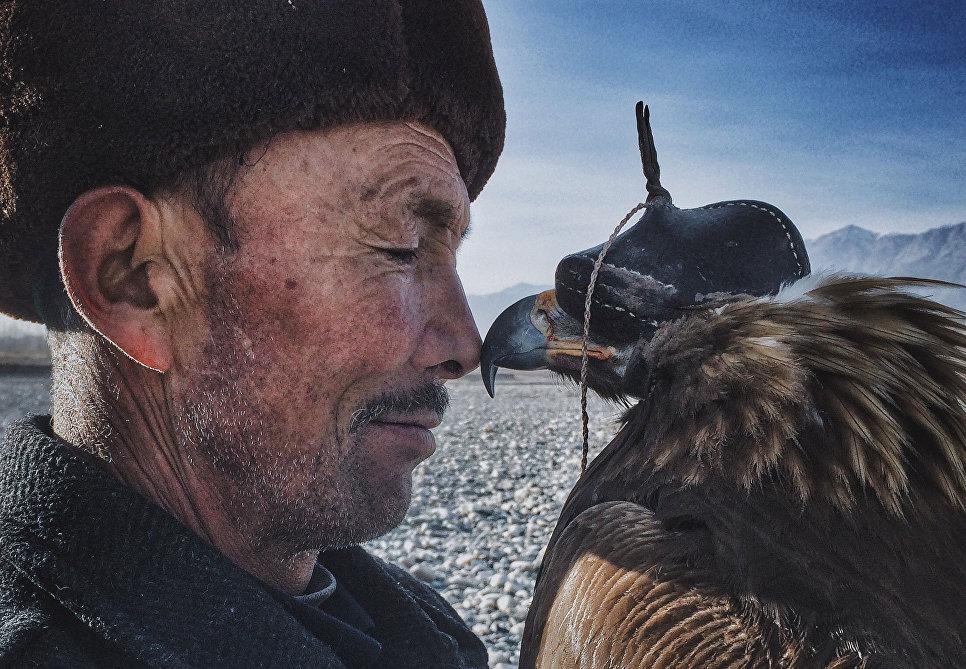 1. Гранд-при в номинации «фотограф года» стал Сюань Ню из Китая за свой снимок «Человек и орел».