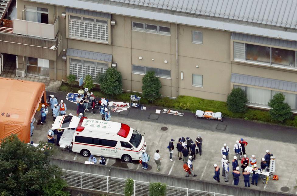 1. На место происшествия прибыли полицейские и спасатели. По меньшей мере было убито 19 человек и около 25 получили ранения.