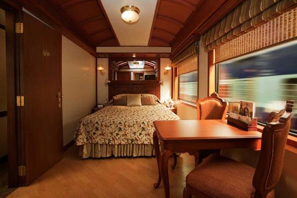 1. Внутри поезд поражает своими роскошными интерьерами. Все, от каркаса кровати до внутренней отделки вагона выполнено из дорогого дерева.