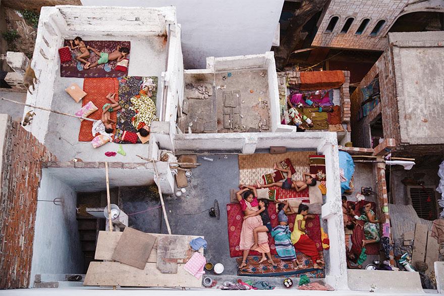 6. Второе место в номинации «Люди»: «Сон на крыше», Варанаси, Индия.