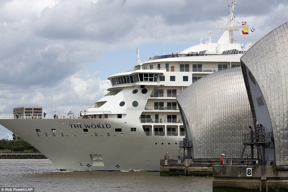 1. Огромный корабль длиной 196,35 метров все время находится в безостановочном круизе, посещая все континенты.