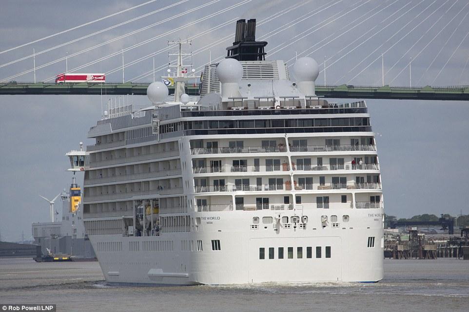 5. Созданная в 2002 году эта яхта насчитывает 165 роскошных квартир стоимостью от 2,7 до 9,1 млн $ за топ-люкс. Владеют квартирами около 130 семей по всему миру.