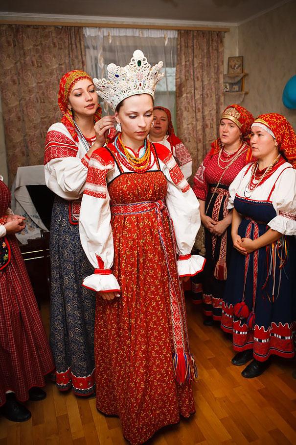 12. Невеста из Великого Новгорода в традиционном наряде.