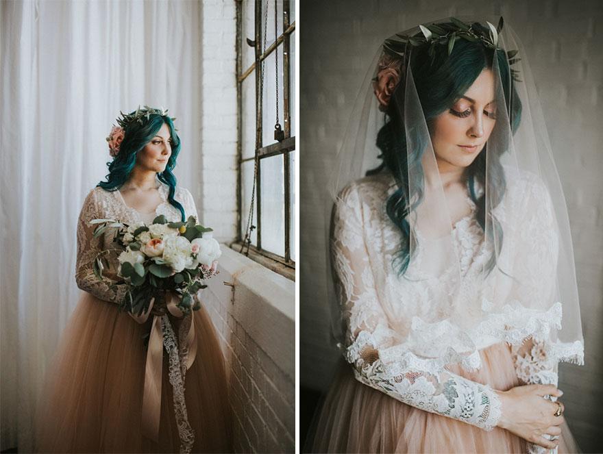 17. Джеки выглядела просто изумительно в своем нежно-розовом свадебном платье и с зелеными волосами, словно у русалки.