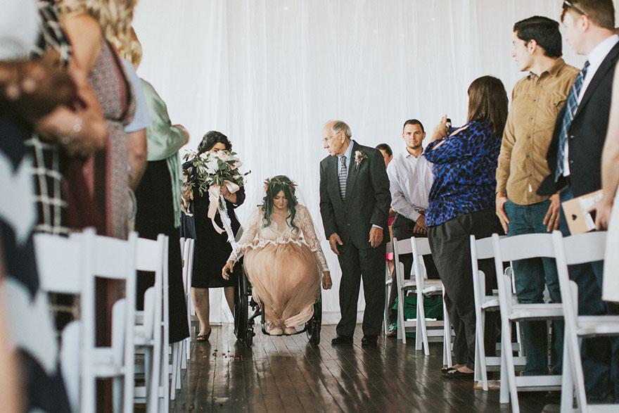 8. Когда Джеки появилась на свадебной церемонии со своей мамой с одной стороны и дедушкой – с другой, никто не удивился, увидев ее в инвалидном кресле.