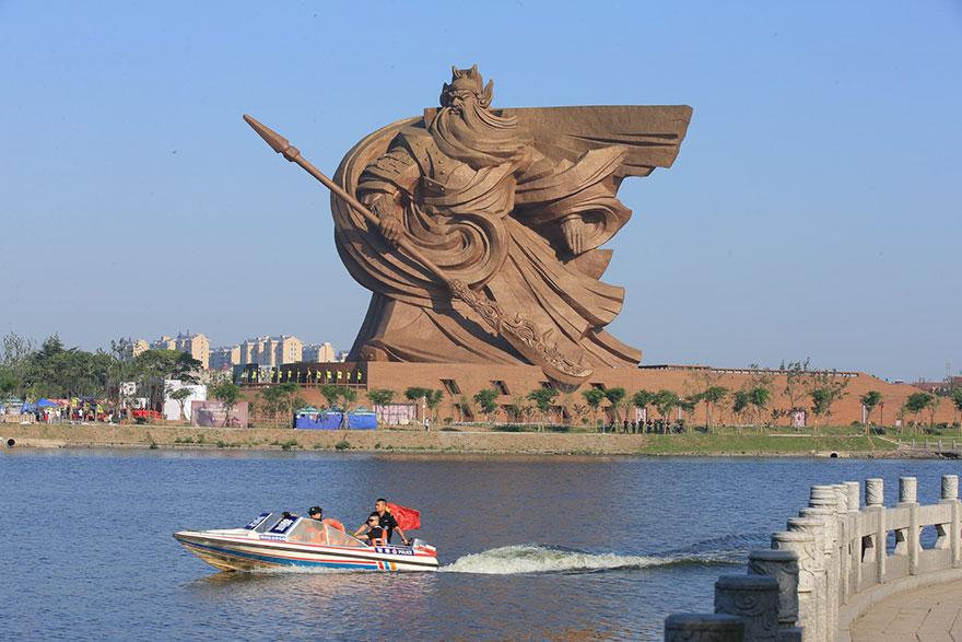 13. Колоссальная 1320-тонная статуя бога войны в Китае.