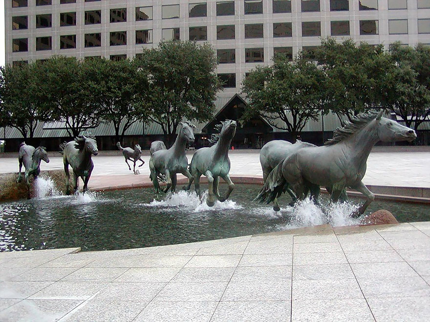 4. Мустанги, Лас-Колинас, Техас, США.