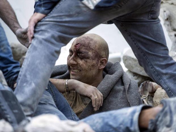 1. Спасатели достают мужчину из-под обломков в городе Аматриче.