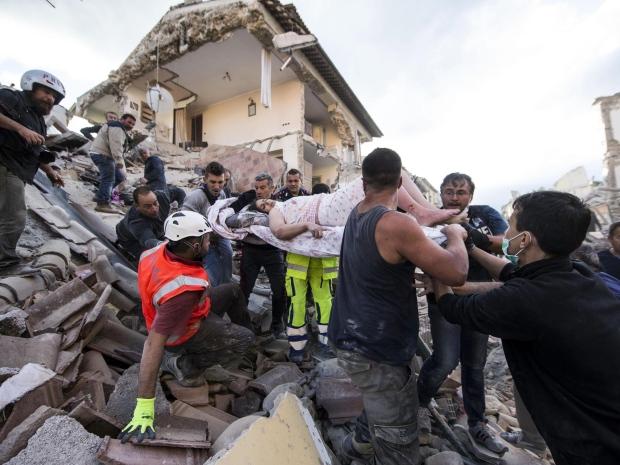 9. Спасатели извлекают женщину из-под завалов дома в Аматриче. Напомним, что именно этот город получил максимальный ущерб.