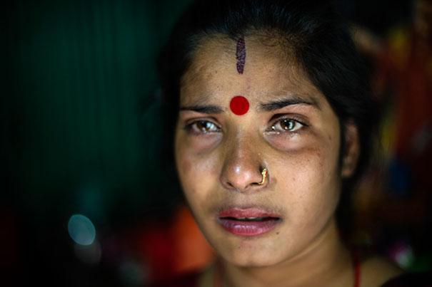 3. 26-летняя Дипа плачет. Она узнала, что уже два месяца беременна от клиента борделя.