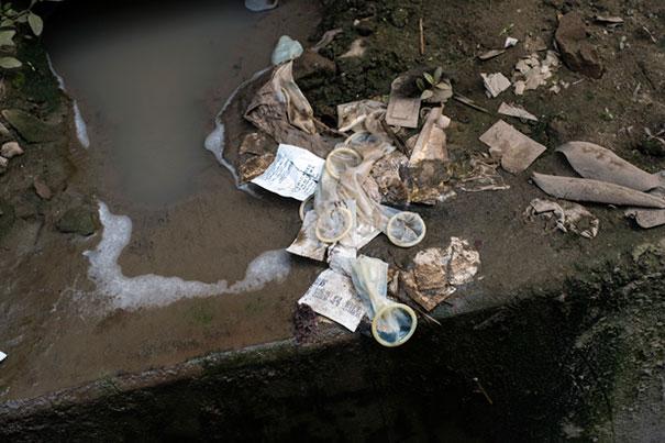 8. Сама территория борделя не блещет чистотой. На улице – грязь и использованные презервативы.